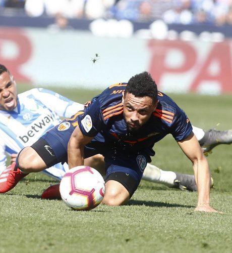 Coquelin lucha por un balón con el jugador del Leganés En-Nesyri.