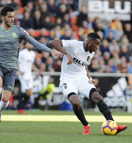 Kondogbia se zafa de Mikel Merino en el encuentro entre el Valencia y la Real Sociedad de la pasada jornada.