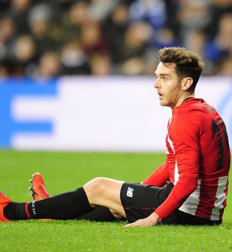 Ibai Gómez se lamenta en el suelo en un lance del encuentro entre el Athletic y la Real Sociedad.