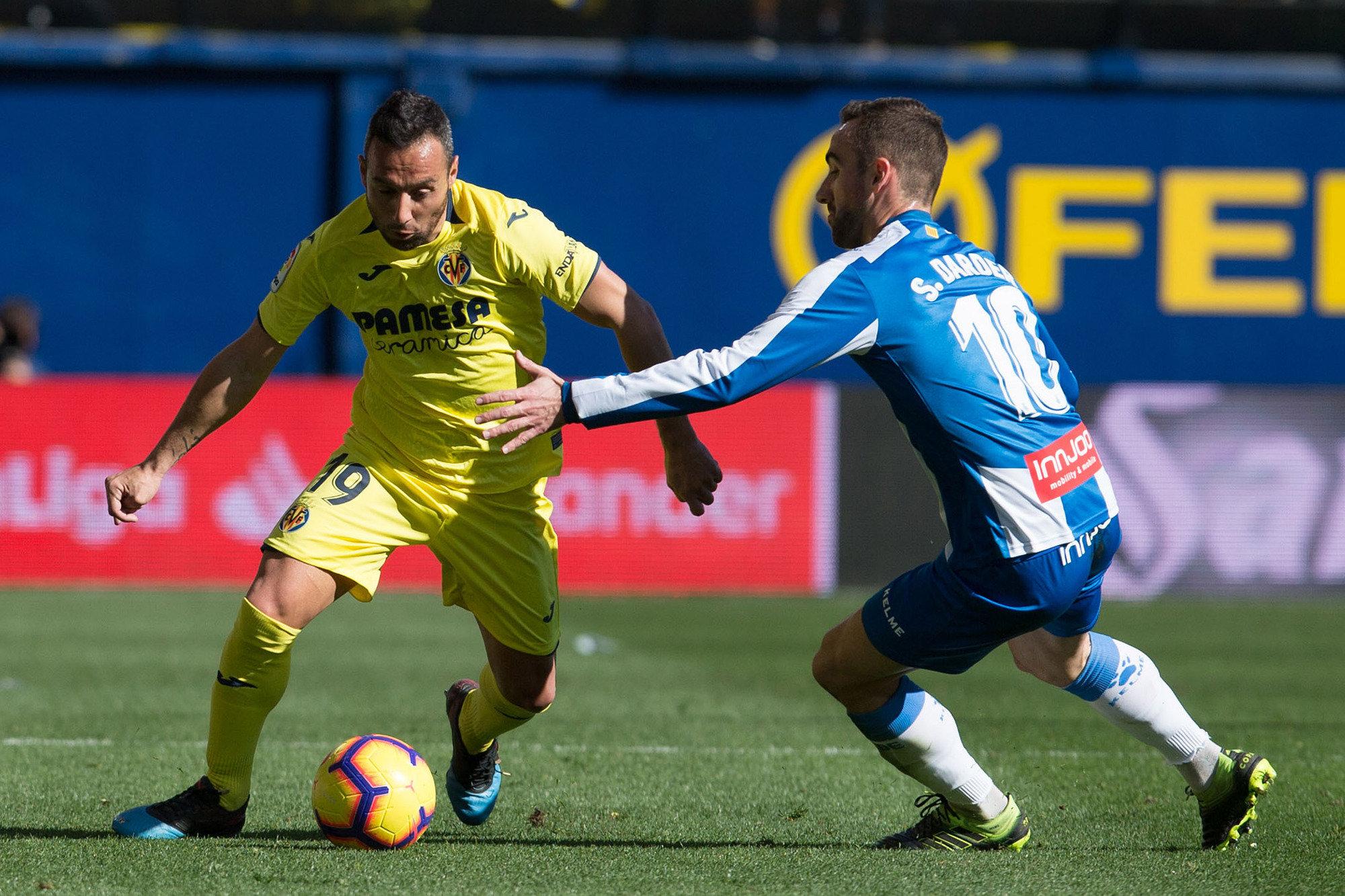 Cazorla se marcha de Darder durante el duelo entre el Villarreal y el Espanyol.