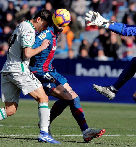 El portero del Levante Aitor Fernández (d), y el delantero del Getafe Hugo Duro, durante el partido de LaLiga Santander correspondiente a la 22ª jornada que se disputó en el estadio Ciutat de Valencia.