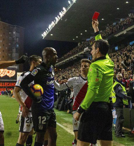 El colegiado Juan Martínez Munuera muestra tarjeta roja al defensa camerunés del Leganés, Allan Romeo Nyom, durante el encuentro correspondiente a la jornada 22 frente al Rayo Vallecano.