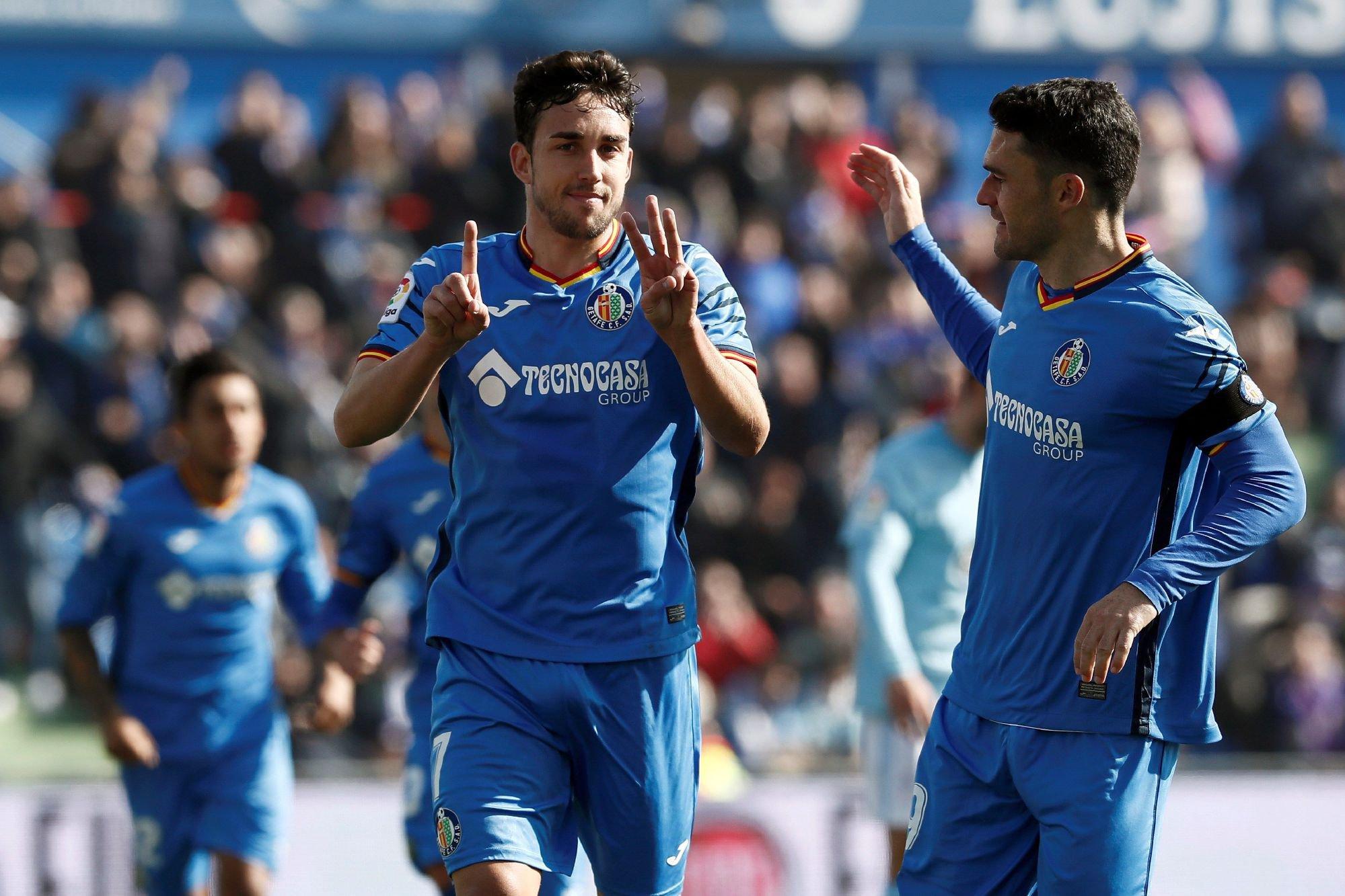El delantero del Getafe, Jaime Mata celebra con su compañero, Jorge Molina, uno de sus goles ante el Celta de Vigo, durante el partido de la vigésimo tercera jornada de Liga que disputaron en el estadio Coliseum Alfonso Pérez de Getafe.