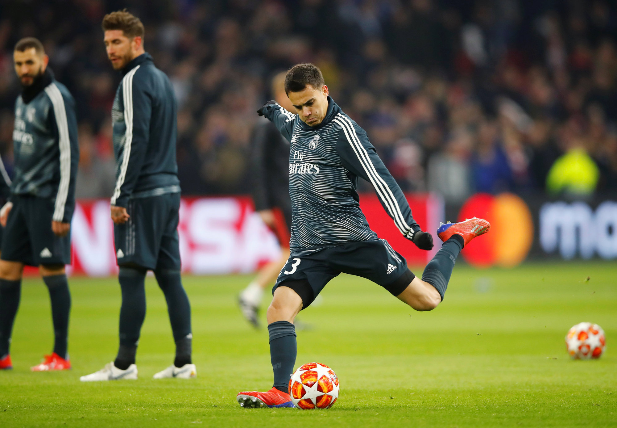 Reguilón, durante el calentamiento previo al encuentro de Champions ante el Ajax.