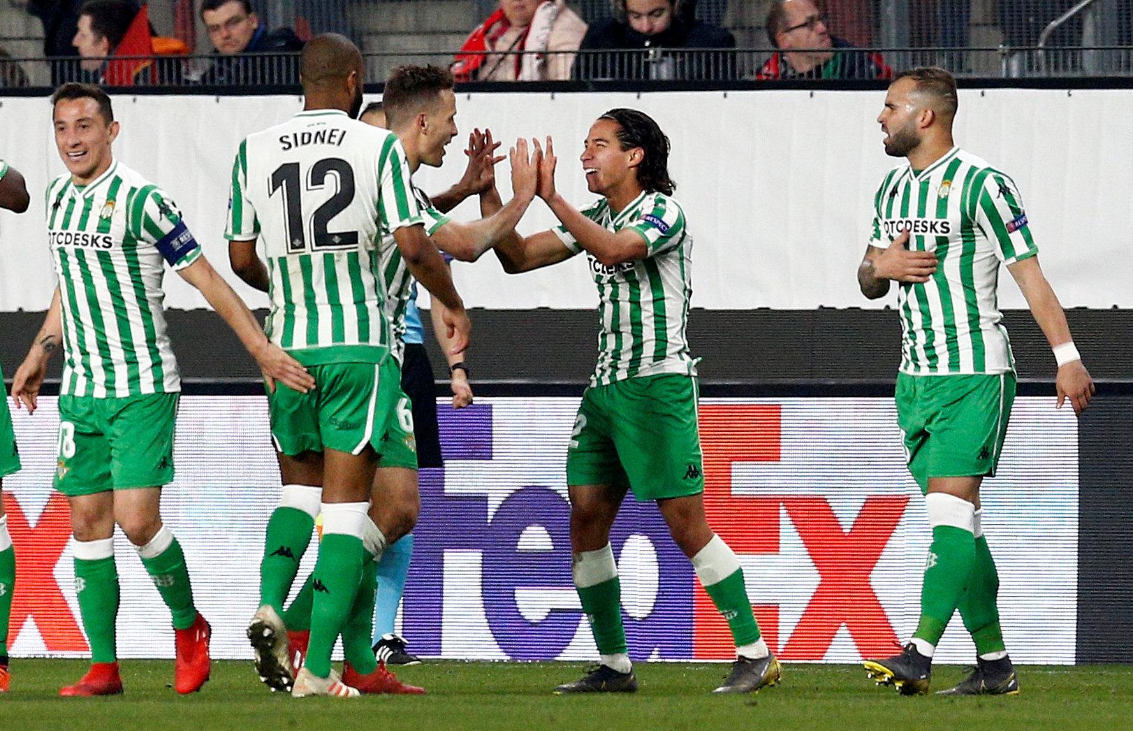 Diego Lainez celebra con Lo Celso su gol en la Europa League en el Stade Rennes-Real Betis.