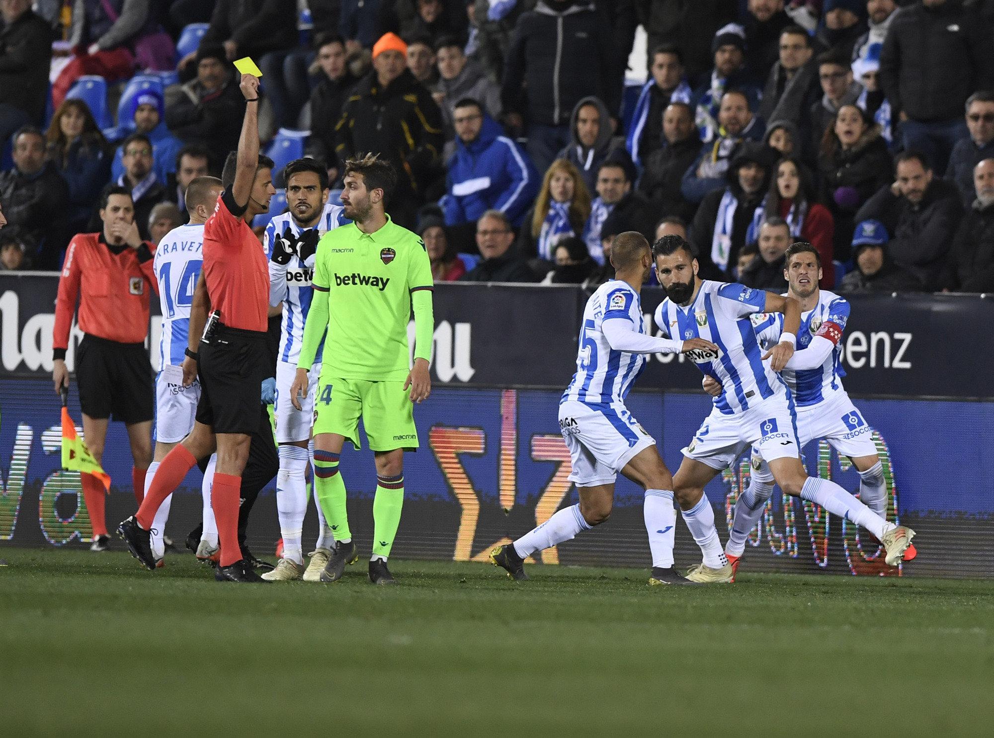 Siovas es retenido por sus compañeros en una tangana del Leganés-Levante.