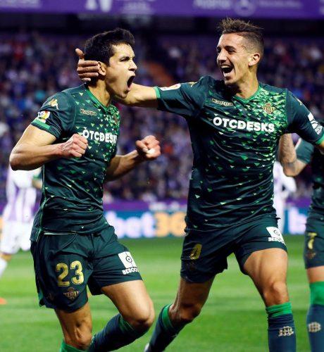 Mandi celebra con Zou Feddal su gol ante el Valladolid en el Nuevo José Zorrilla.
