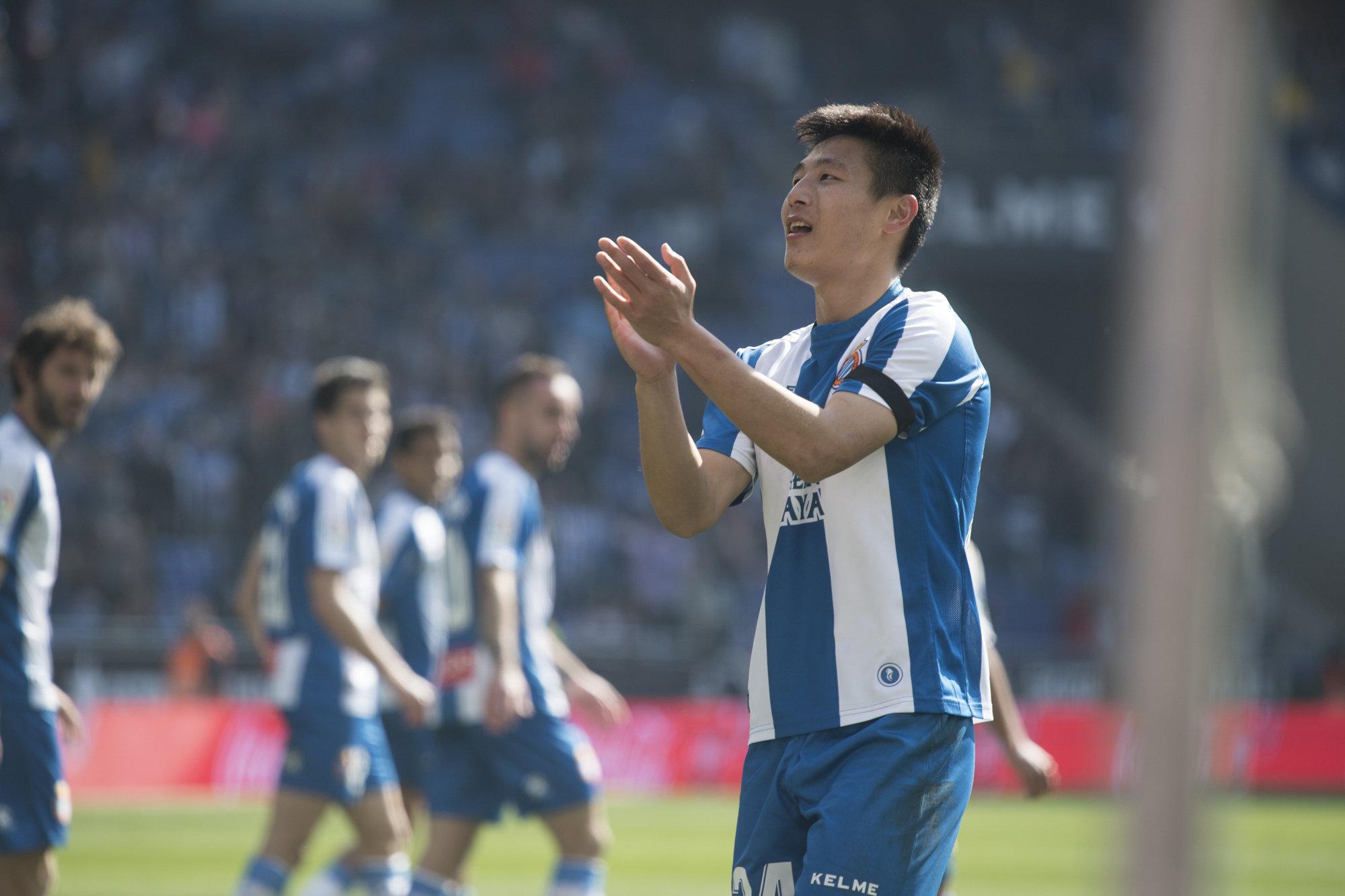 Wu Lei festeja con la grada su gol al Real Valladolid.