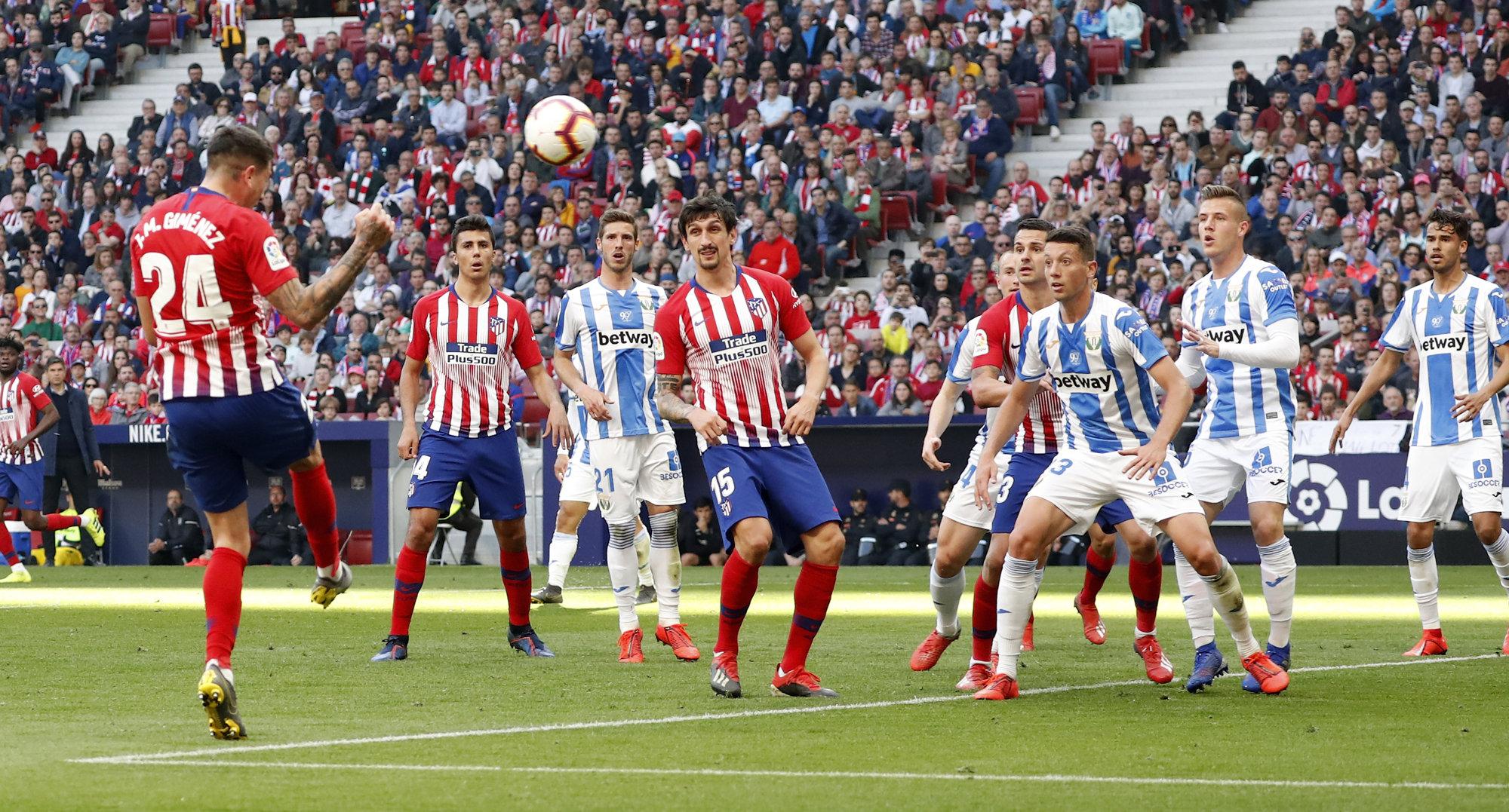 Giménez remata una acción a balón parado en el choque ante el Leganés.