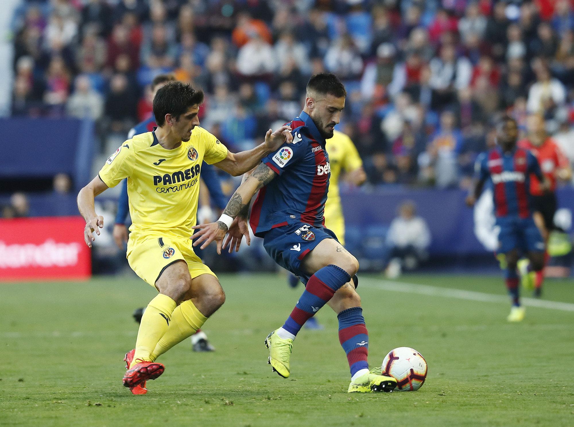 Gerard Moreno persigue a Cabaco durante el Levante-Villarreal.