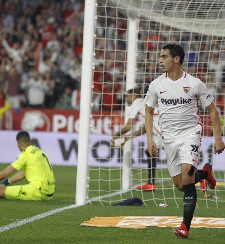 Ben Yedder se dispone a celebrar uno de sus tres goles a la Real Sociedad.