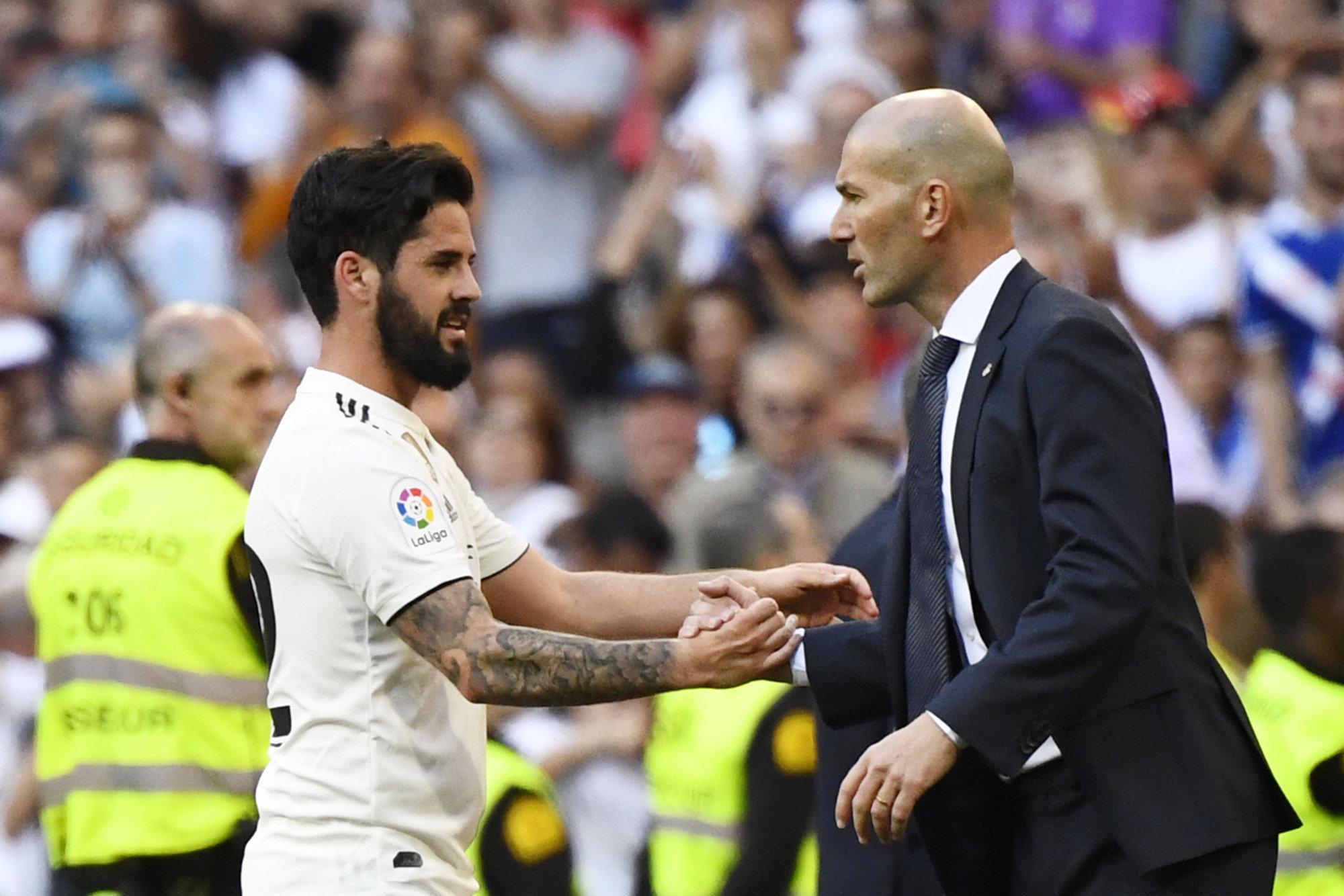 Isco saluda a Zidane tras ser sustituido el pasado fin de semana en el encuentro ante el Celta.
