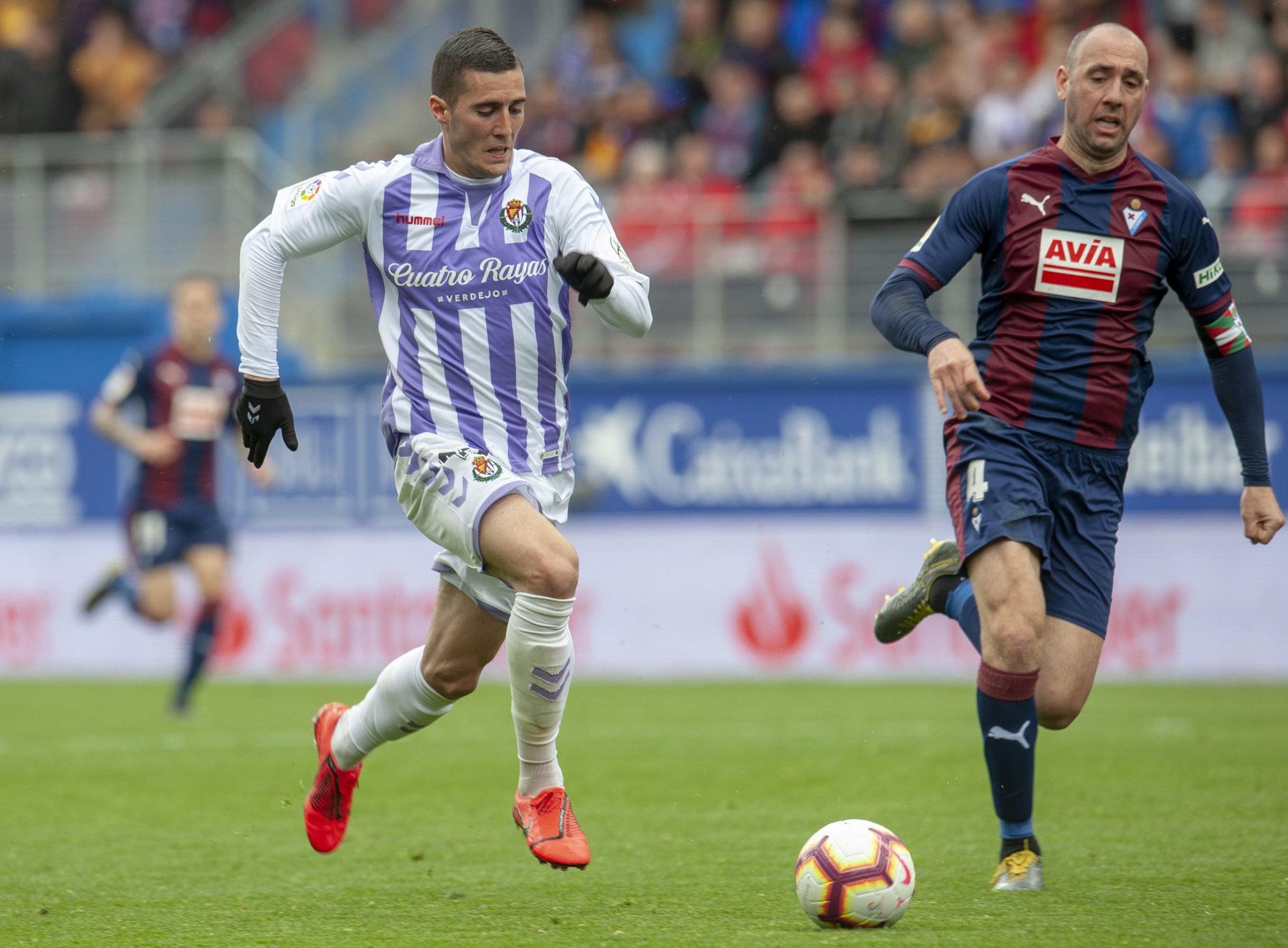 Sergi Guardiola se marcha en velocidad de Iván Ramis en el encuentro entre el Eibar y el Real Valladolid.