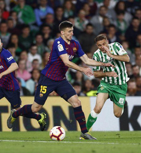 Joaquín se marcha del jugador del Barcelona Lenglet.