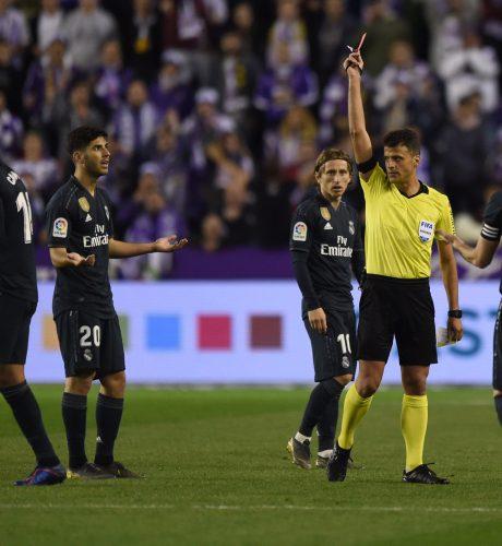 Gil Manzano muestra la roja a Casemiro en el encuentro ante el Valladolid de la pasada jornada.