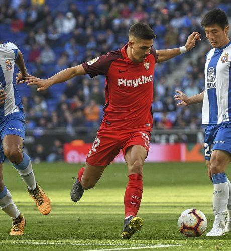 André Silva lucha por un balón con Naldo y Wu Lei en el Espanyol-Sevilla de la pasada jornada.