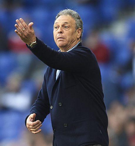 Caparrós da instrucciones durante el duelo entre el Espanyol y el Sevilla de la última jornada.