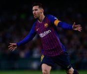 Messi celebra uno de los tres goles que anotó el domingo ante el Betis.