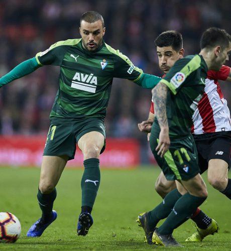 Pedro León se marcha de Yuri en el Athletic-Eibar de la pasada jornada.