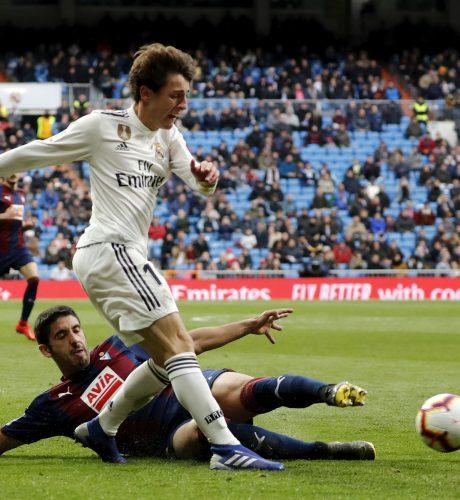 Odriozola se marcha de Cote en el Real Madrid-Eibar jugado recientemente.