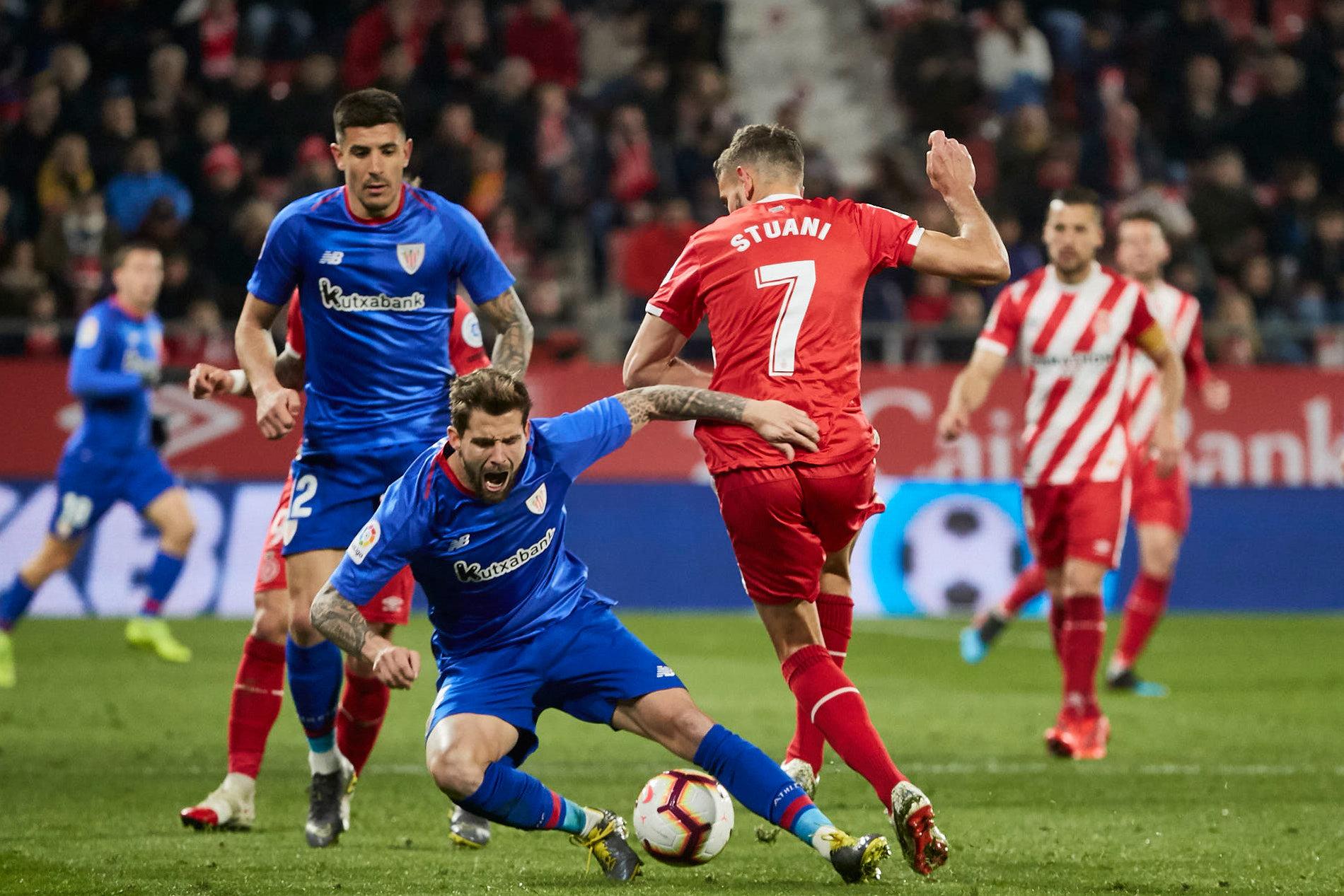 Stuani se intenta marchar de Iñigo Martínez en el Girona-Athletic.