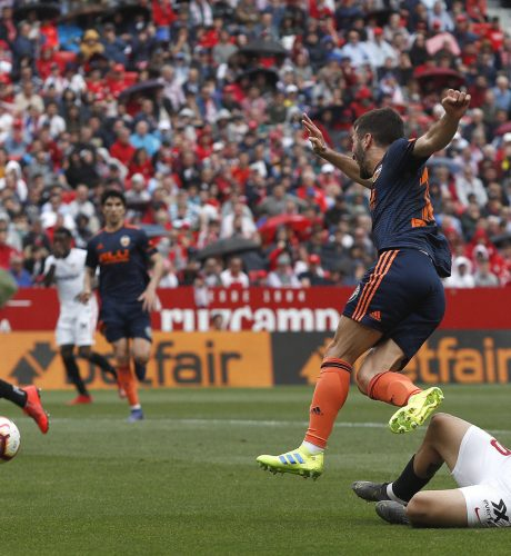 Banega derriba a Gayá en el encuentro del pasado fin de semana disputado en el Sánchez Pizjuán.