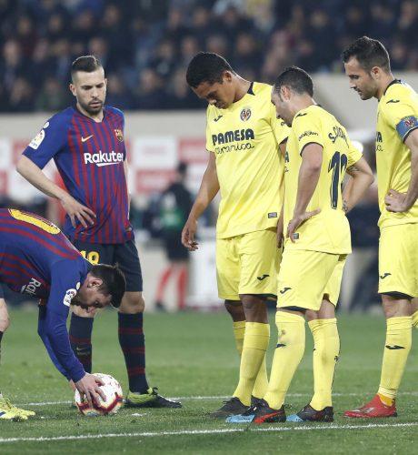 Messi se dispone a lanzar la falta que significó el 4-3 ante el Villarreal.