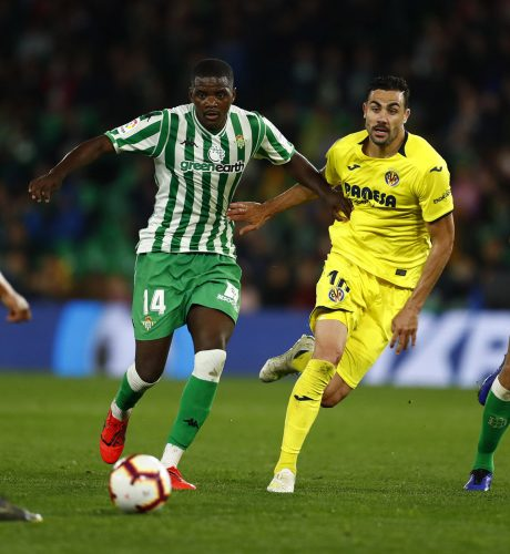 William Carvalho es perseguido por Iborra en el Betis-Villarreal.