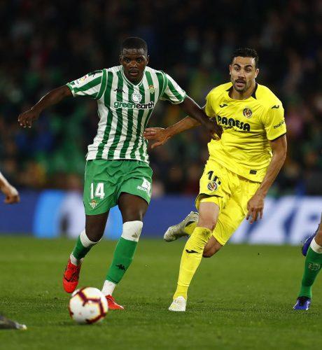 William Carvalho es perseguido por Iborra en el Betis-Villarreal.