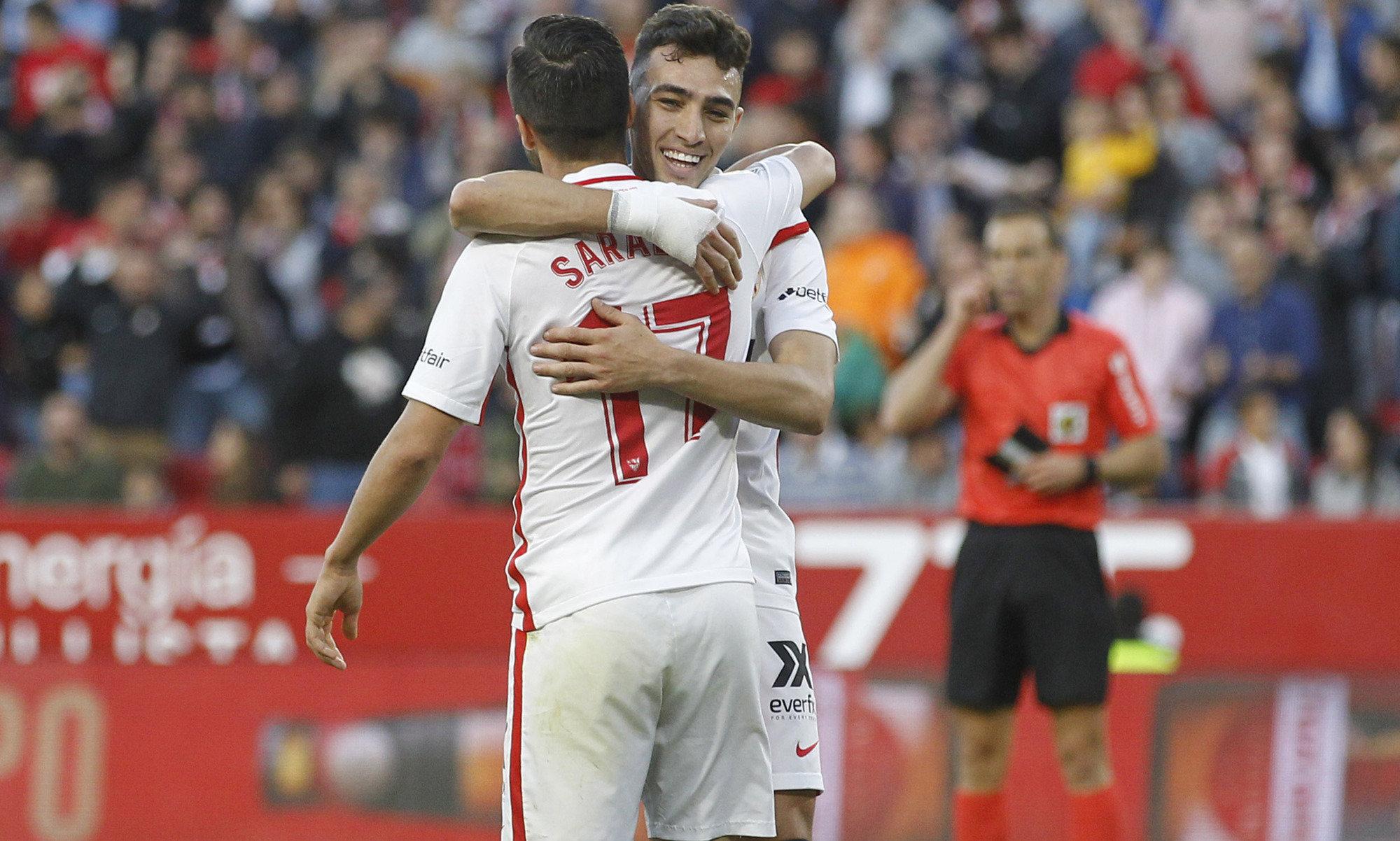 Munir se abraza con Sarabia tras uno de sus dos goles ante el Rayo.