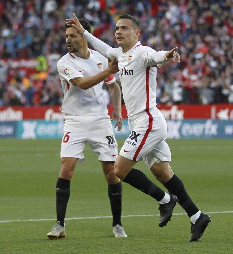 Roque Mesa festeja su gol al Alavés en compañía de Jesús Navas.