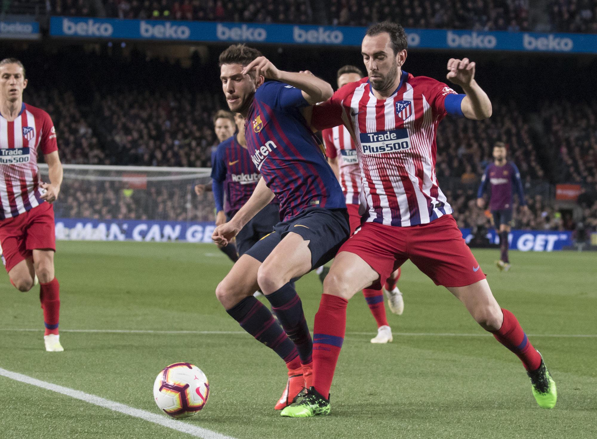 Godín intenta robarle el balón a Sergi Roberto en el Barcelona-Atlético.