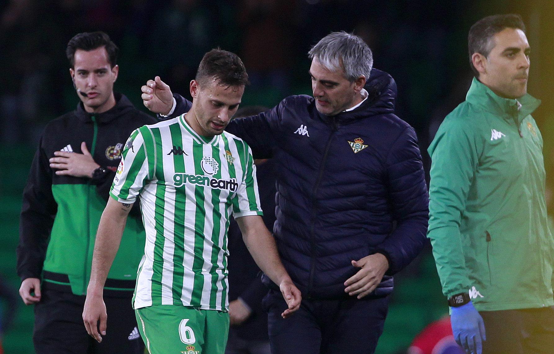 Canales se retira, lesionado, del encuentro del pasado domingo ante el Villarreal.