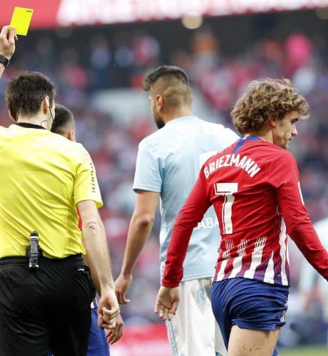 Griezmann ve la amarilla que le impide jugar esta semana.