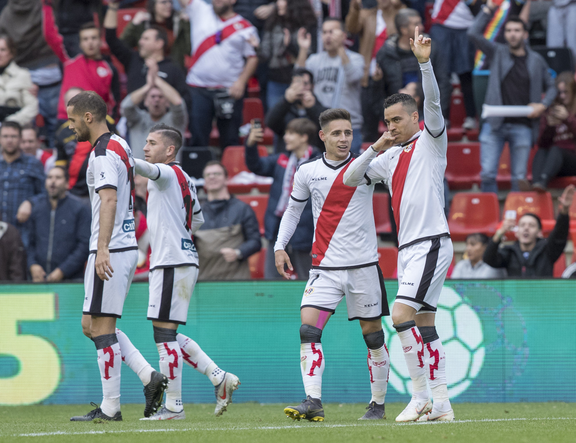 De Tomás celebra uno de sus goles con Álex Moreno.