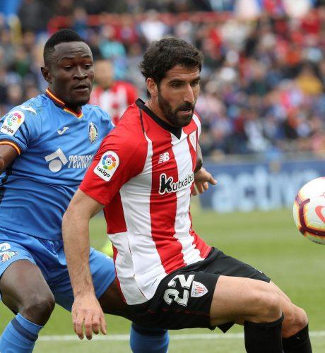 Djené tapa a Raúl García durante el Getafe-Athletic.