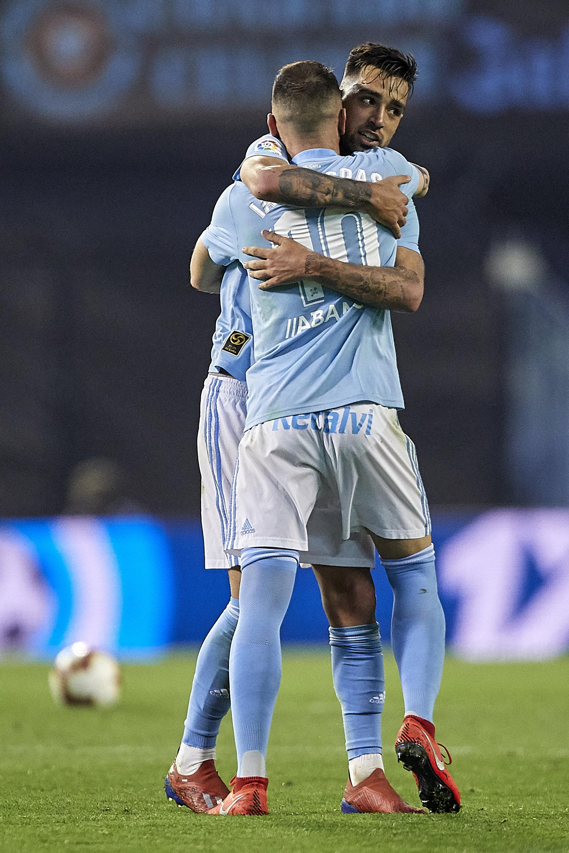 Brais Méndez se abraza a Aspas tras marcar en El Alcoraz.