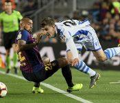 Vidal frena el avance de Aihen en el choque entre el Barcelona y la Real Sociedad.