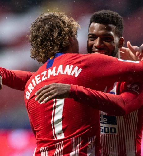 Lemar se abraza con Griezmann en el partido de anoche ante el Valencia.