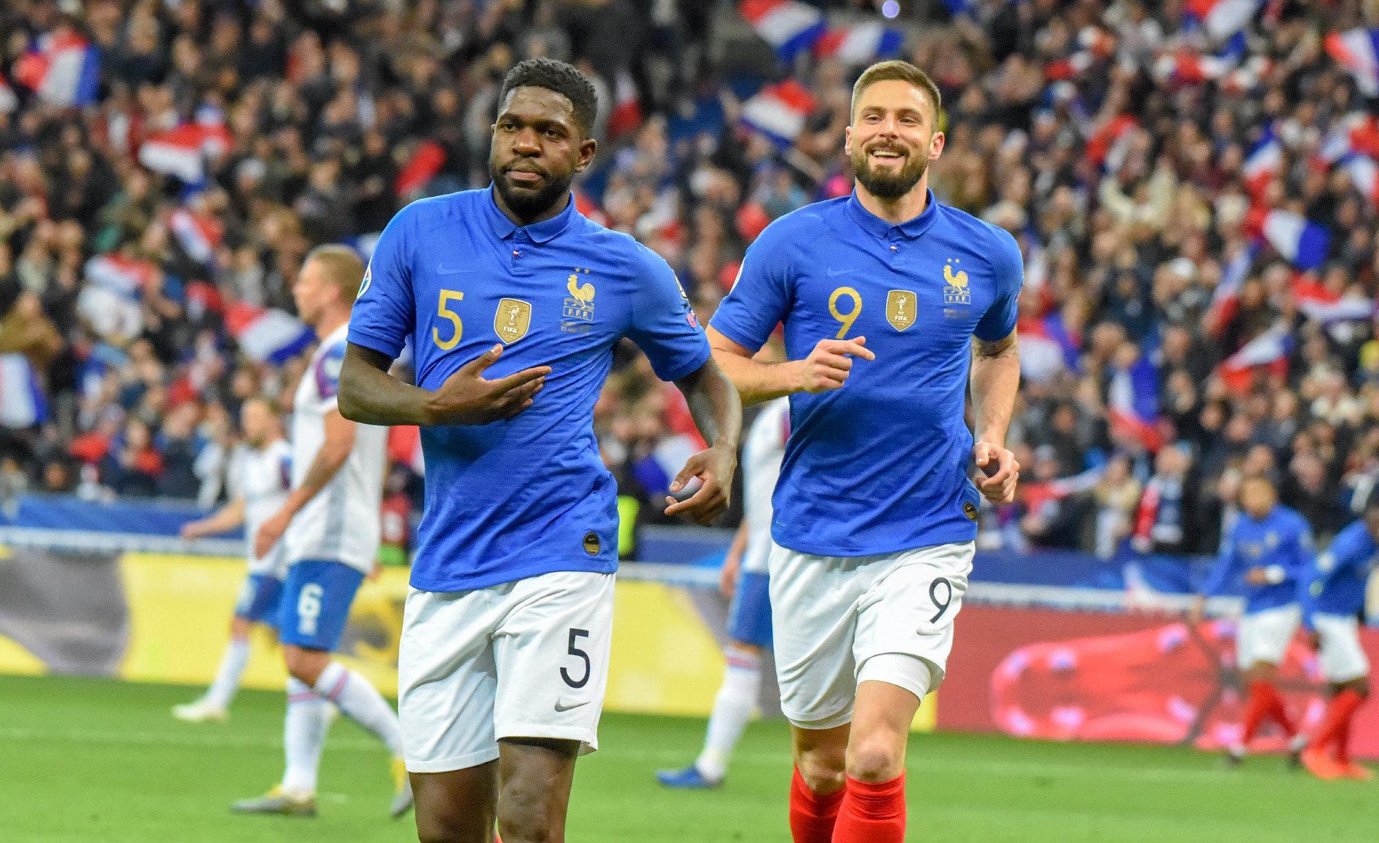 Umtiti celebra un tanto con Francia en compañía de Giroud.