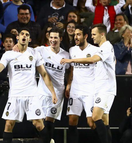 Los jugadores del Valencia celebran el tanto de Guedes al Levante.