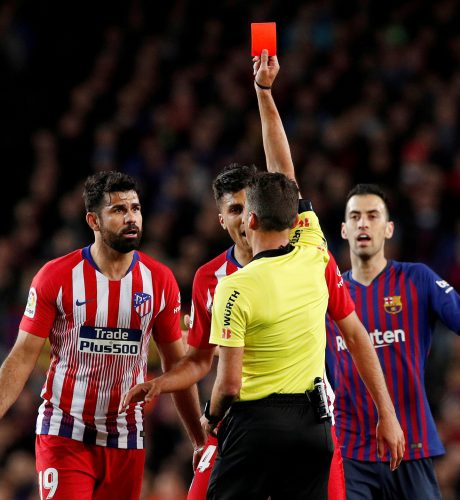 Diego Costa ve la roja en el encuentro del pasado fin de semana ante el Barcelona.
