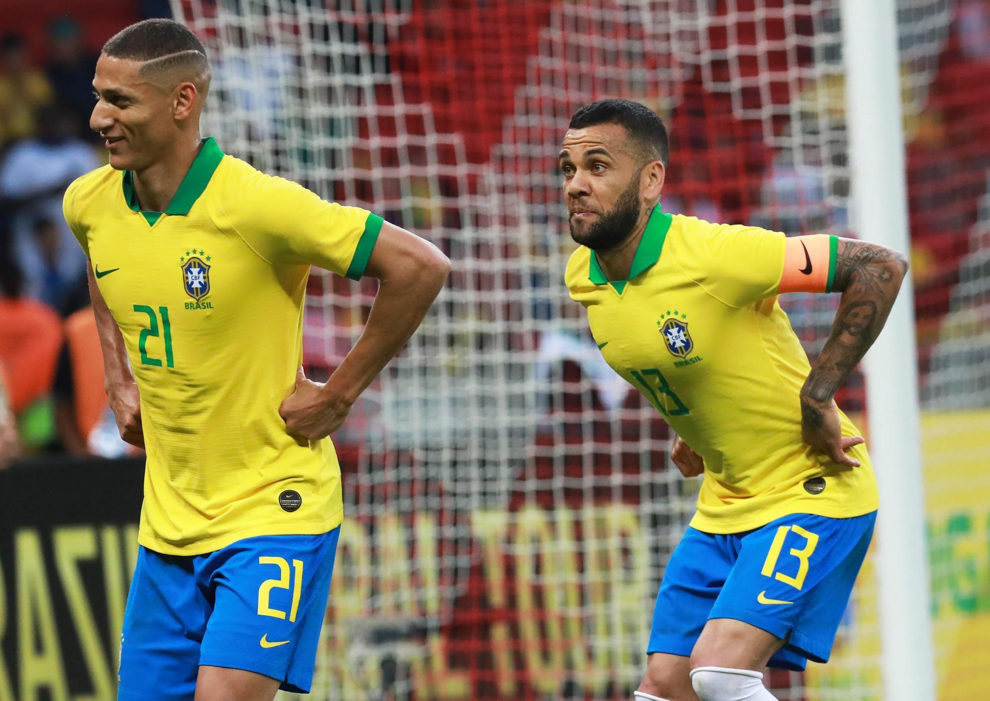 Richarlison y Dani Alves celebran un tanto ante Honduras.
