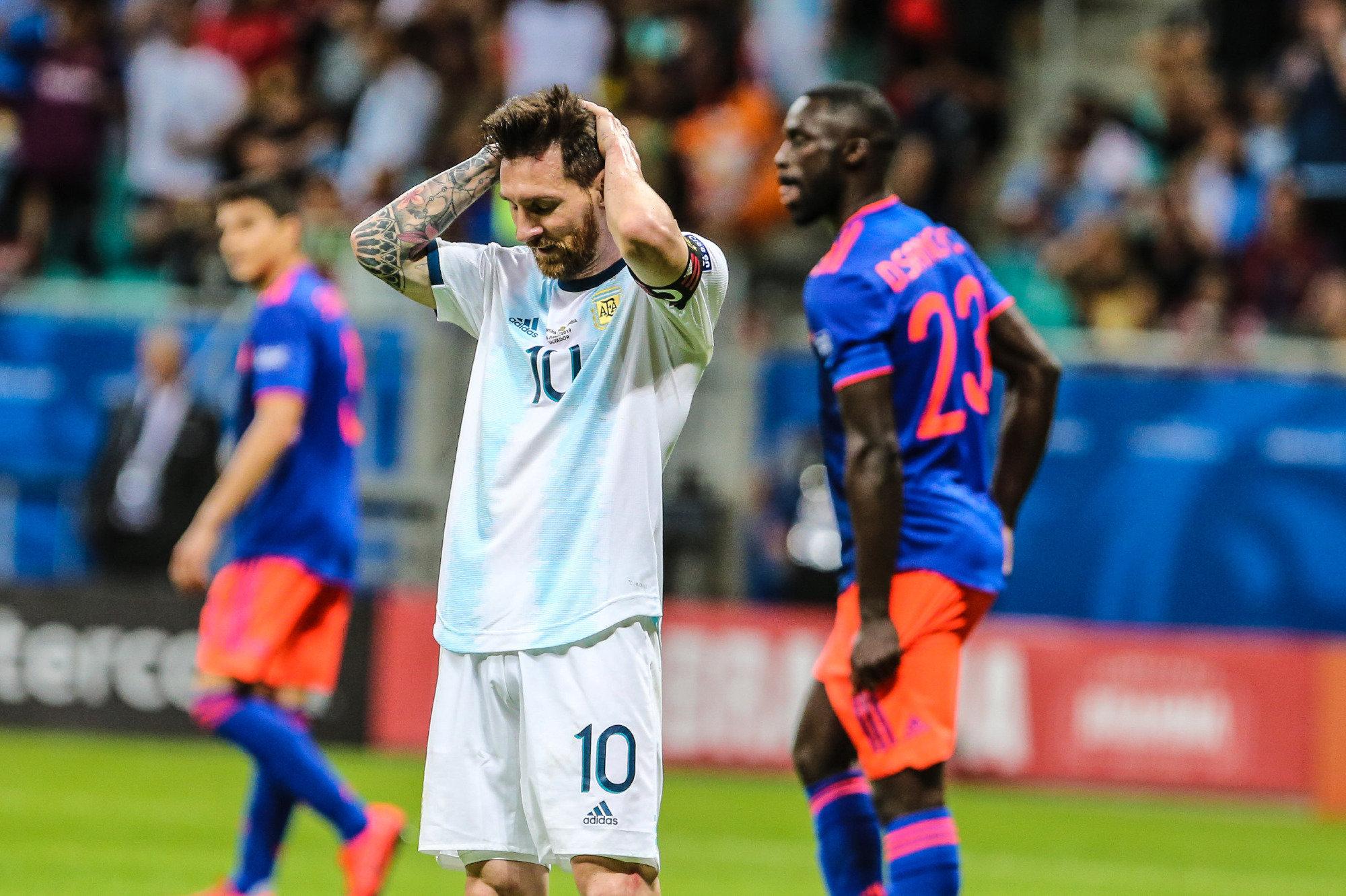 Messi se lamenta en un lance contra Colombia.